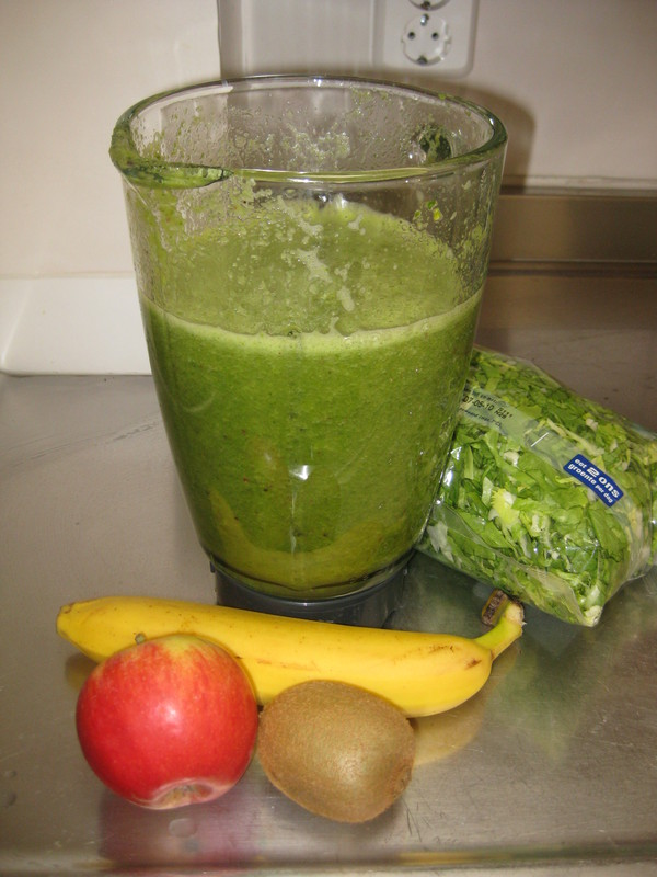 Groene smoothie met banaan, kiwi, andijvie en appel